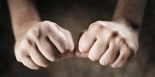 Hukum 'Ajn Mengepal Tangan Saat Bangkit Ke Rakaat Selanjutnya
