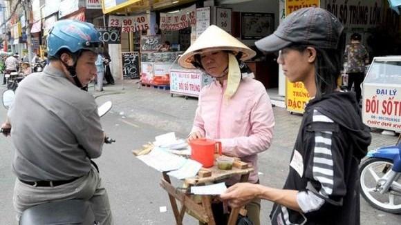 TP.HCM hỗ trợ người bán vé số và người vô gia cư