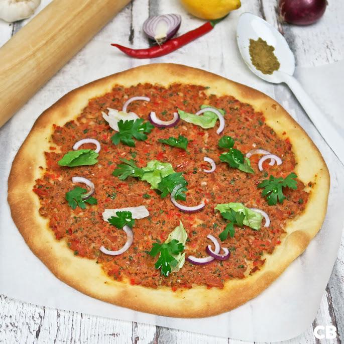 Pizza-die-geen-pizza-is met lamsgehakt en harissa