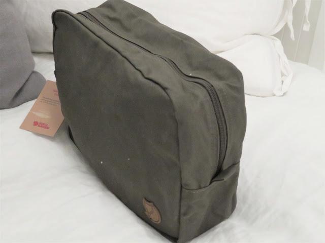 Lahjapakettiin sujahti myös Fjällrävenin toilettilaukku