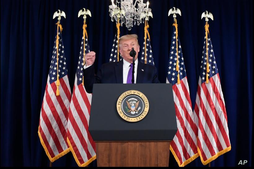 El presidente Donald Trump habla con la prensa desde la sala de conferencias de su club de golf en Nueva Jersey. 15 de agosto de 2020 / AP