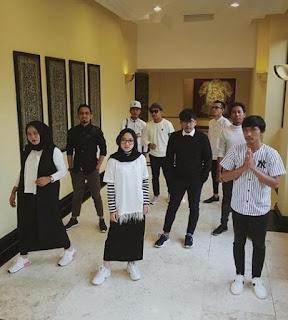 Foto Nissa Sabyan dengan full team grup Gambus