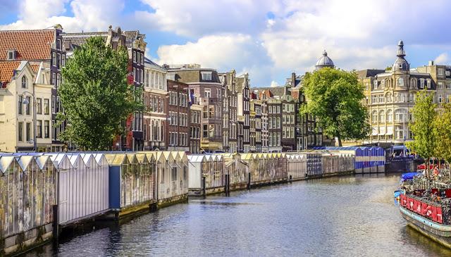 Mercado de flores flutuantes em Amsterdã
