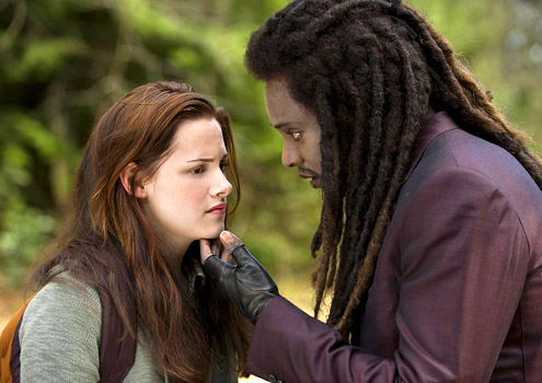 Kristen Stewart and Edi Gathegi in The Twilight Saga: New Moon 2009 movieloversreviews.blogspot.com