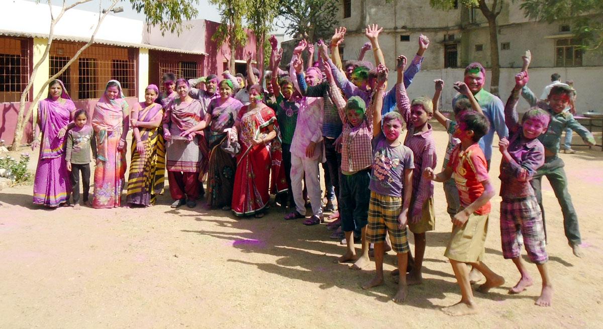 Woman-Yoga-Committee-and-Aasra-Parmarthik-Trust-be-a-partner-in-the-happiness-of-children-Vanvasi-Ashram-महिला योग समिति एवं आसरा पारमार्थिक ट्रस्ट हुआ वनवासी आश्रम के बच्चों की खुशियों मे भागीदार