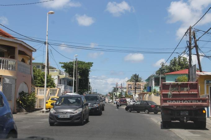 Liikenne St Maartenilla / Saint Martinilla. Autoilu Philipsburgista Marigotiin on ruuhkaista.