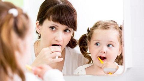 Tips Mengajarkan Anak Menggosok Gigi