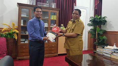 Wali Kota Tual Adam Rahayaan S.Ag., M.Si saat menerima secara simbolis Bantuan Beras dari Bank BPR Modern Ekspres diruang kerjanya Selasa (28/04/2020)