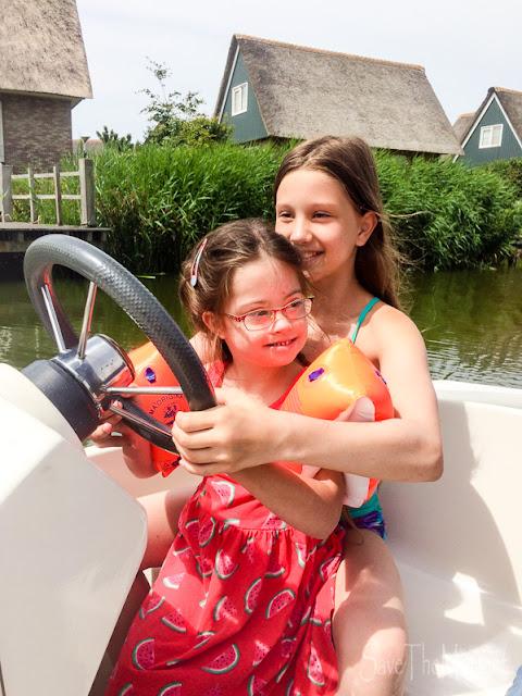 Jolina und Louisa im Boot