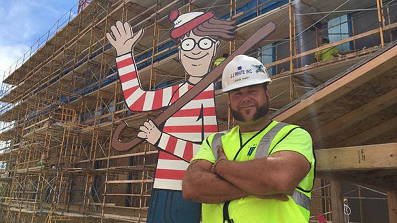 Trabajador de la construcción oculta a Waldo en el lugar donde trabaja cada día para que los niños del hospital de al lado lo encuentren