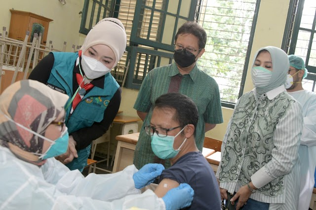 IKA SMAN 5 Bandung Menggelar  Aksi Lima Vaksin Gendong, Heru : Sudah Divaksin Tetap Disiplin Prokes