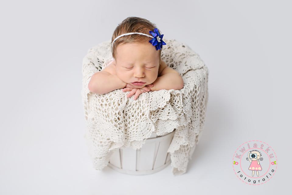 Dziewczynka śpi w koszyku
