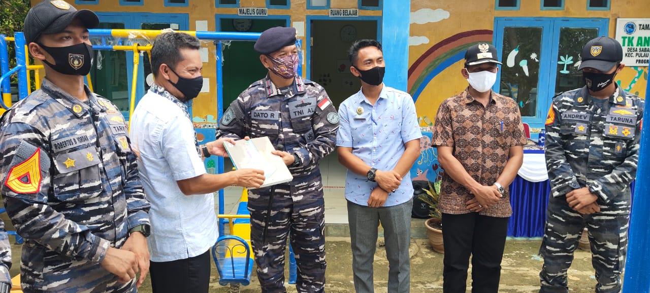 Peduli Generasi Penerus, Guspurla Koarmada I Berikan Bantuan Kepada TK PAUD di Desa Sabang Mawang.