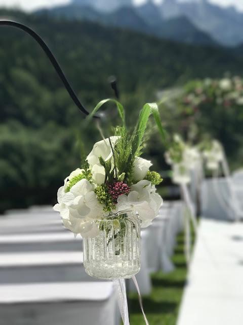 Altarweg gefüllte hängende Blumengläser, 4 Hochzeiten und eine Traumreise 2.0 im Riessersee Hotel Garmisch-Partenkirchen, Traumlocation am See in den Bergen, 2017