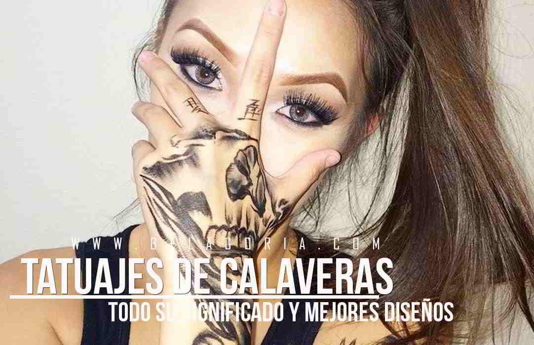 Chica tapandose la cara con la mano tatuada con calavera
