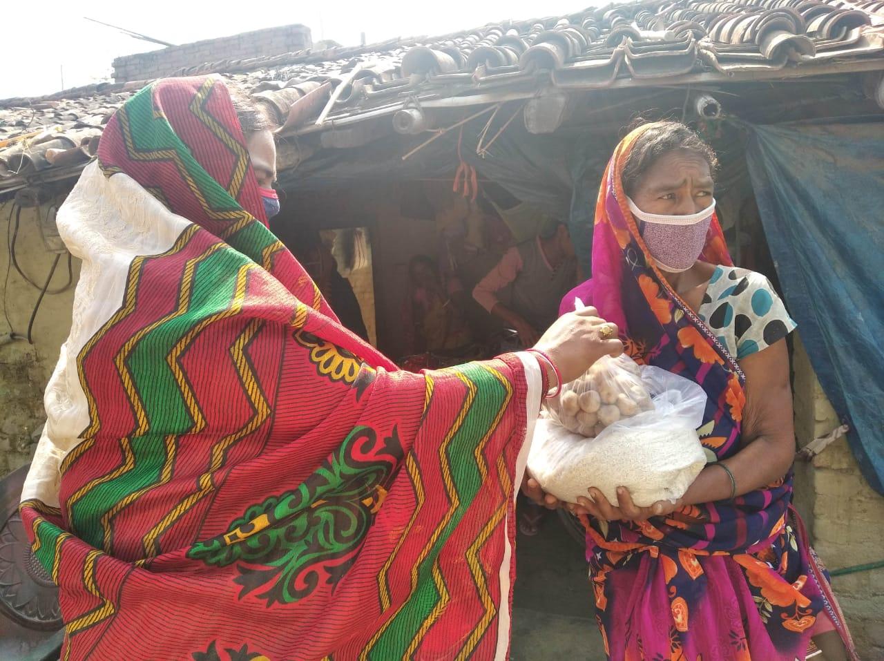 """""""अमनौर में कोई भूखा नहीं रहें"""" अभियान के तहत 15वें दिन पूनम राय ने किया राशन सामग्री,मास्क और साबुन का वितरण।"""