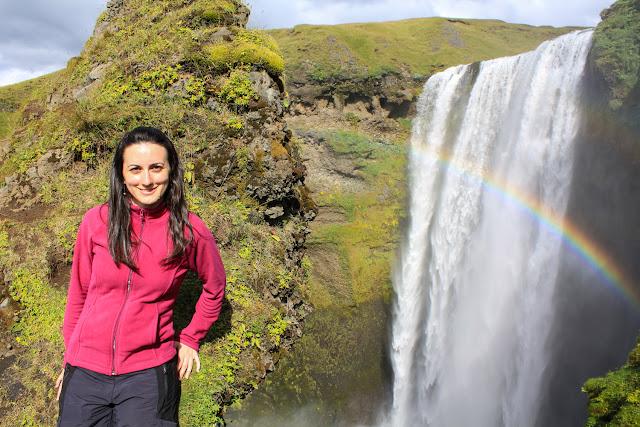 Lena frente a Skogafoss a media altura
