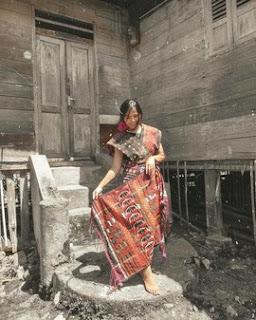 seorang gadis dengan kain ulos batak