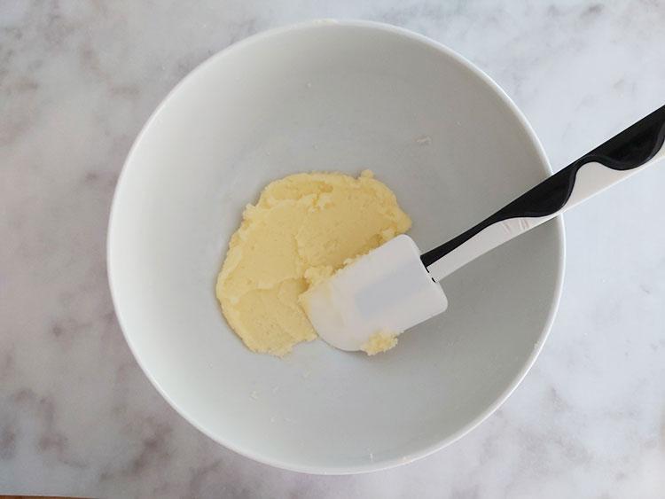 Crémer le beurre avec le sucre