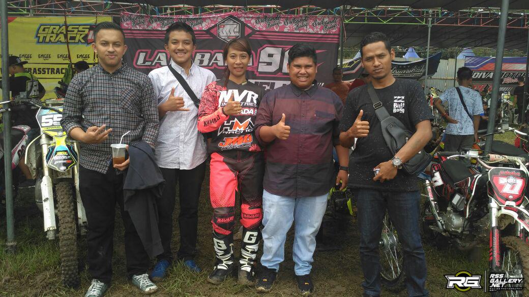 Ditta Lambada bersama Tuan Muda (kemeja merah) dan rombongan dari Bengkalis, Riau