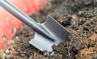 почва лопата земля