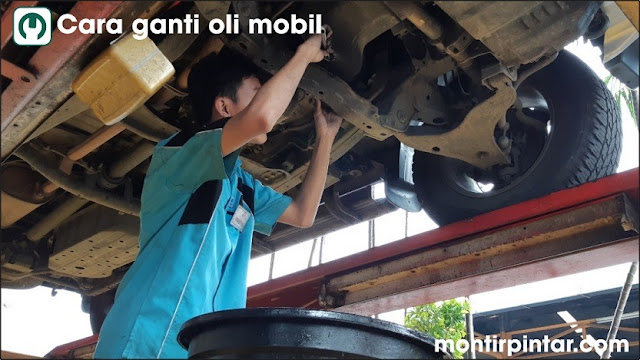 cara ganti oli mobil dengan lift