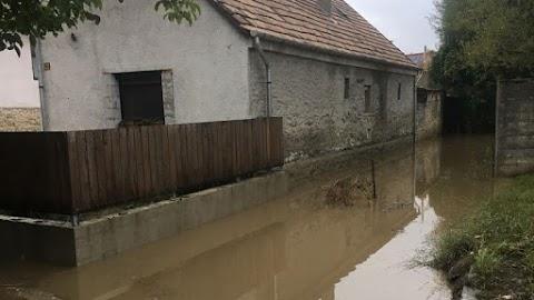 Három utcát öntött el vízzel a herendi halastó a gátszakadás után, most vádat emeltek az ügyben