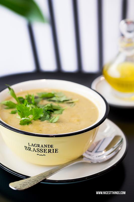 Kartoffelsuppe von Franz Soupmarine in gelber Schüssel mit Kräutern und Öl