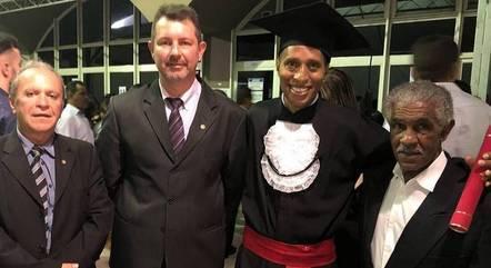 Samuel com os juízes que o apoiaram – Foto: Mirna de Moura/TJMG
