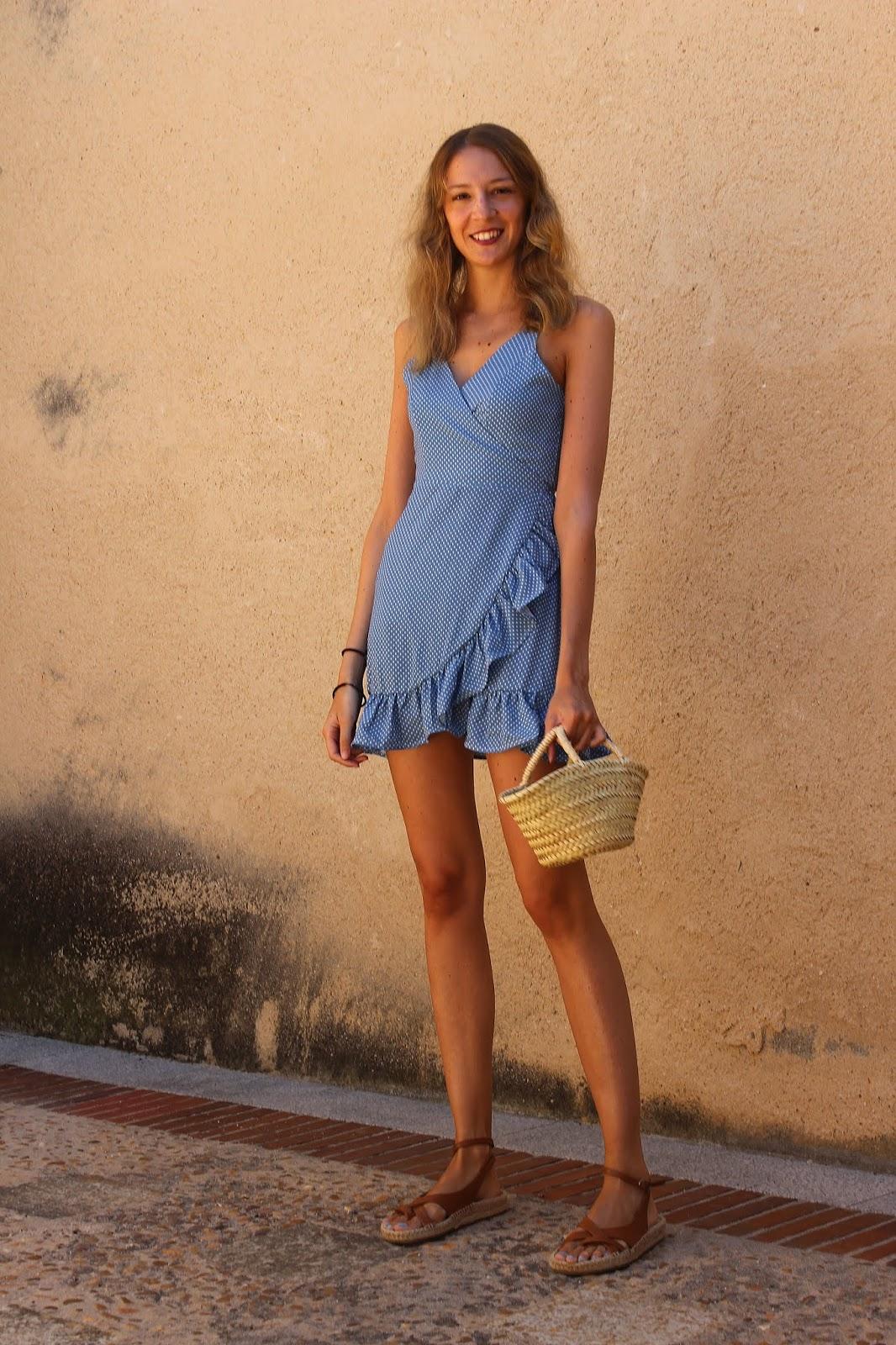 vestido de lunares azul mini capazo y abarcas