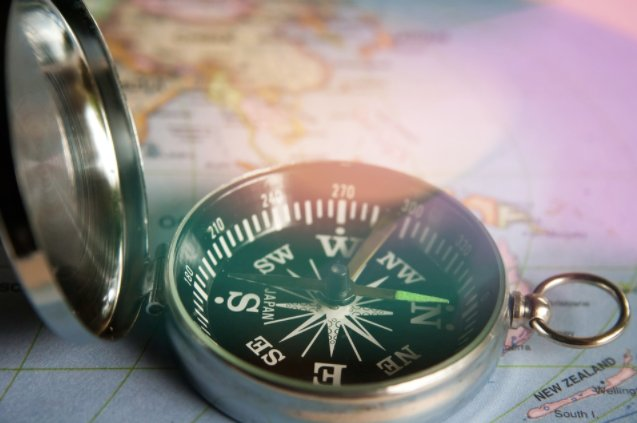 Do Compass work at Earth poles in Hindi