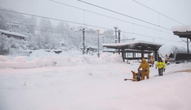 الثلوج الكثيفة في أوروبا، تعطل حركة المركبات و يصل ارتفاعها الى مترين.