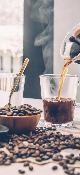 خلفية كوب القهوة المنعشة من الحبوب الطازجة في الصباح