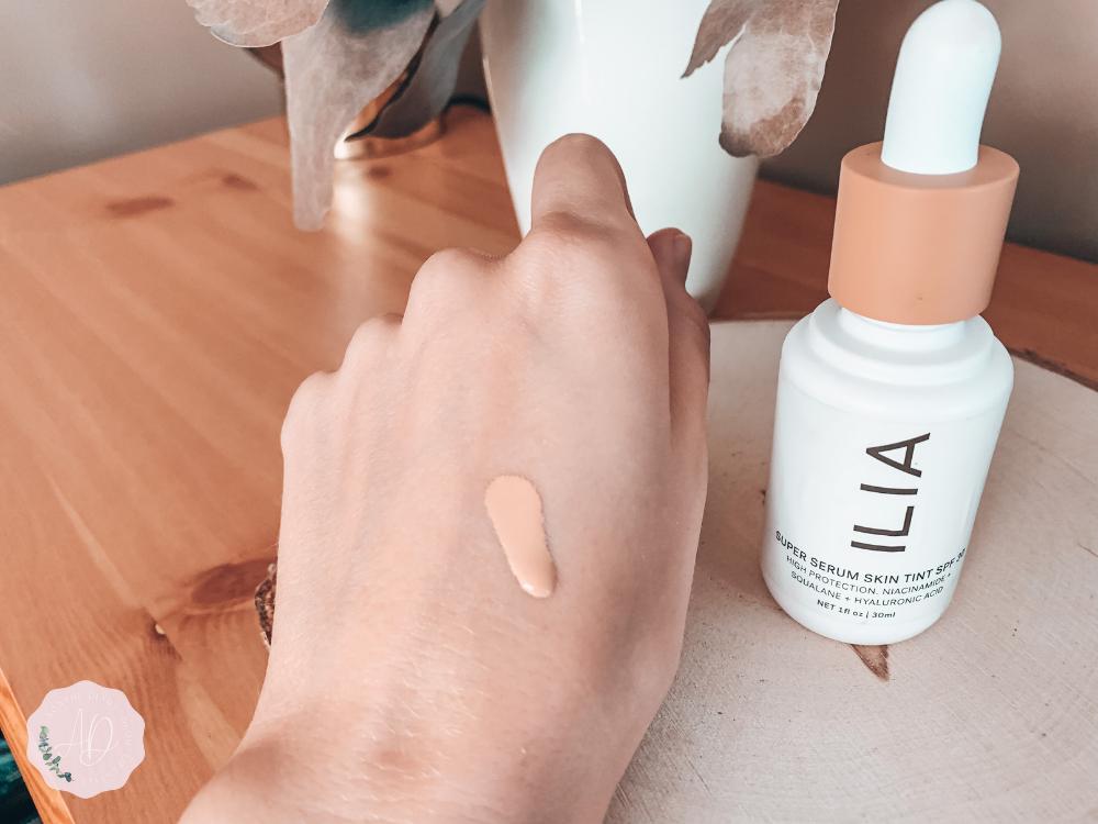 Swatch Super Serum Skin Tint de Ilia dans la couleur ST5 Bom om