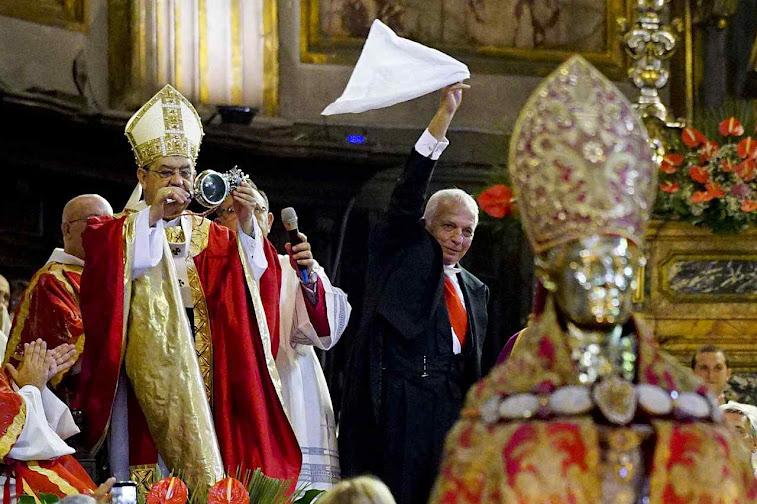 O Cardeal Sepe exibe o sangue de San Januário liquefeito