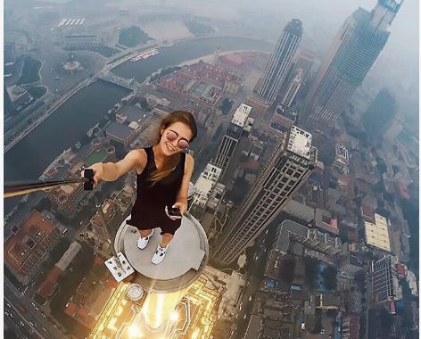 (10 Foto) Gadis Jelita Rusia Jadi Sensasi Internet Selepas Foto-Foto 'Berani Mati' Diatas Puncak Bangunan Viral