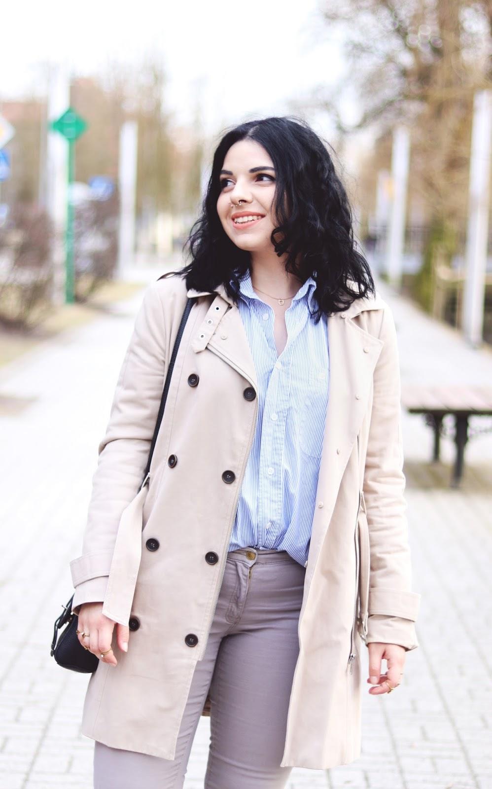 stylizacja w kolorach brązu i beżu - beżowy płaszcz połączony z błękitną koszulą w paski