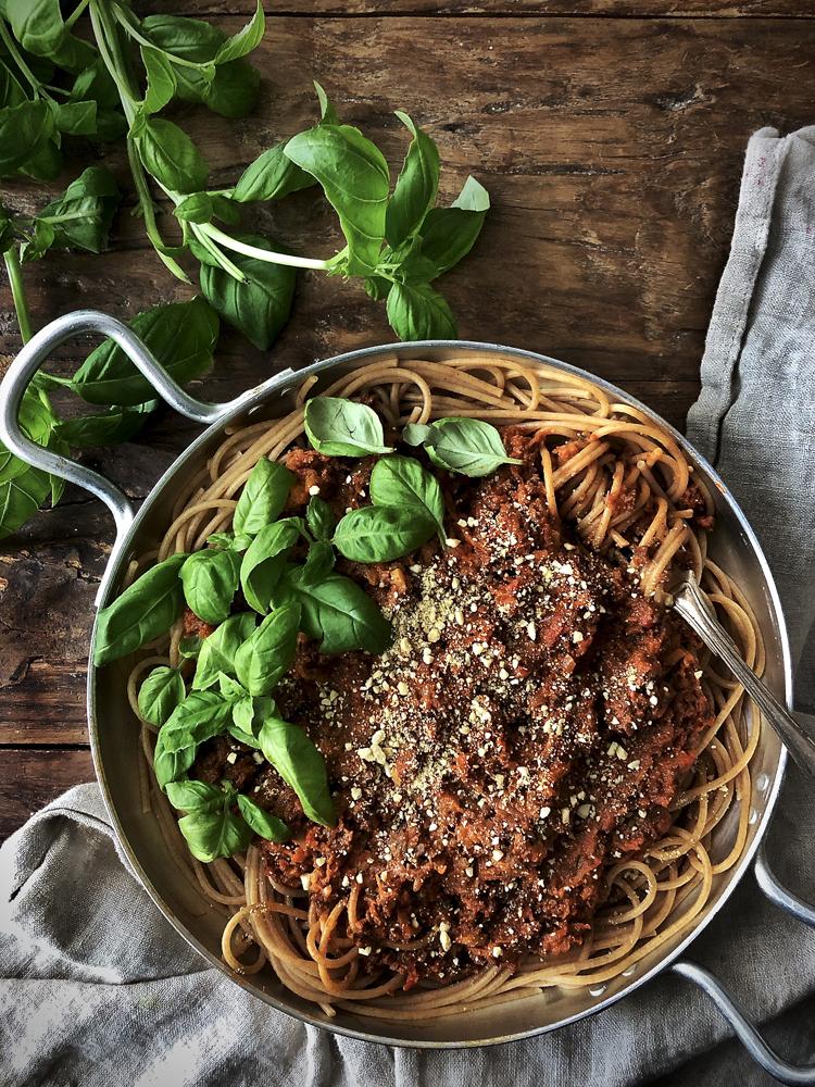 soijarouhekastike, spagettia ja vegaaninen parmesaani