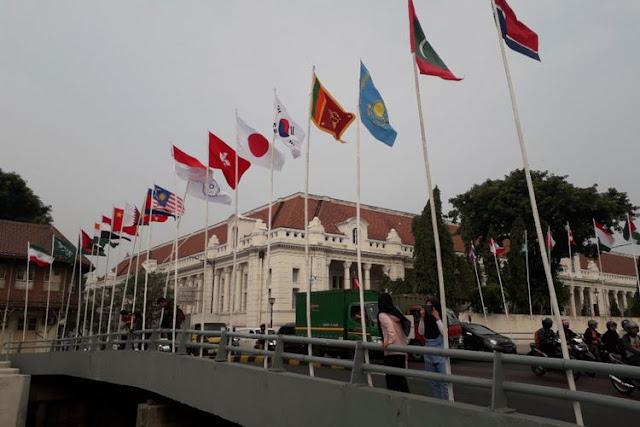 Memalukan, Event Internasional Bendera Negara Peserta Asian Games Dipasang Pakai Bambu, Dicopot PPSU Eh Anies Minta Itu Dibalikin Lagi