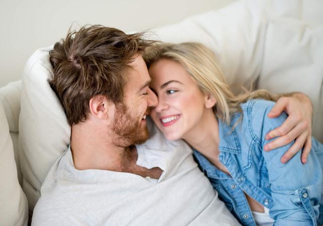 Bagaimana Jika Wanita Mencintai Pria lebih muda, Apakah Salah ?