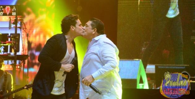 Silvestre Dangond y Poncho Zuleta se dan un beso en la boca Festival Vallenato