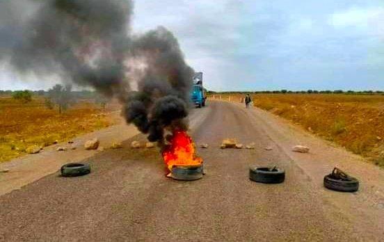 شربان : تواصل غلق طريق الجم النفاتية احتجاجا على رداءة المسالك الفلاحية