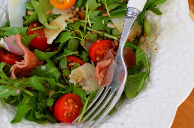 sa%25C5%2582atka%2Brukola%2Bszynka%2Bparme%25C5%2584ska Sałatka z rukoli z pomidorkami i szynką parmeńską