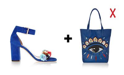 Синяя сумка-шоппер и синие босоножки с декором