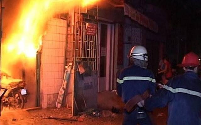 Bé trai 6 tuổi bị bố dượng đổ xăng châm lửa đốt đã tử vong