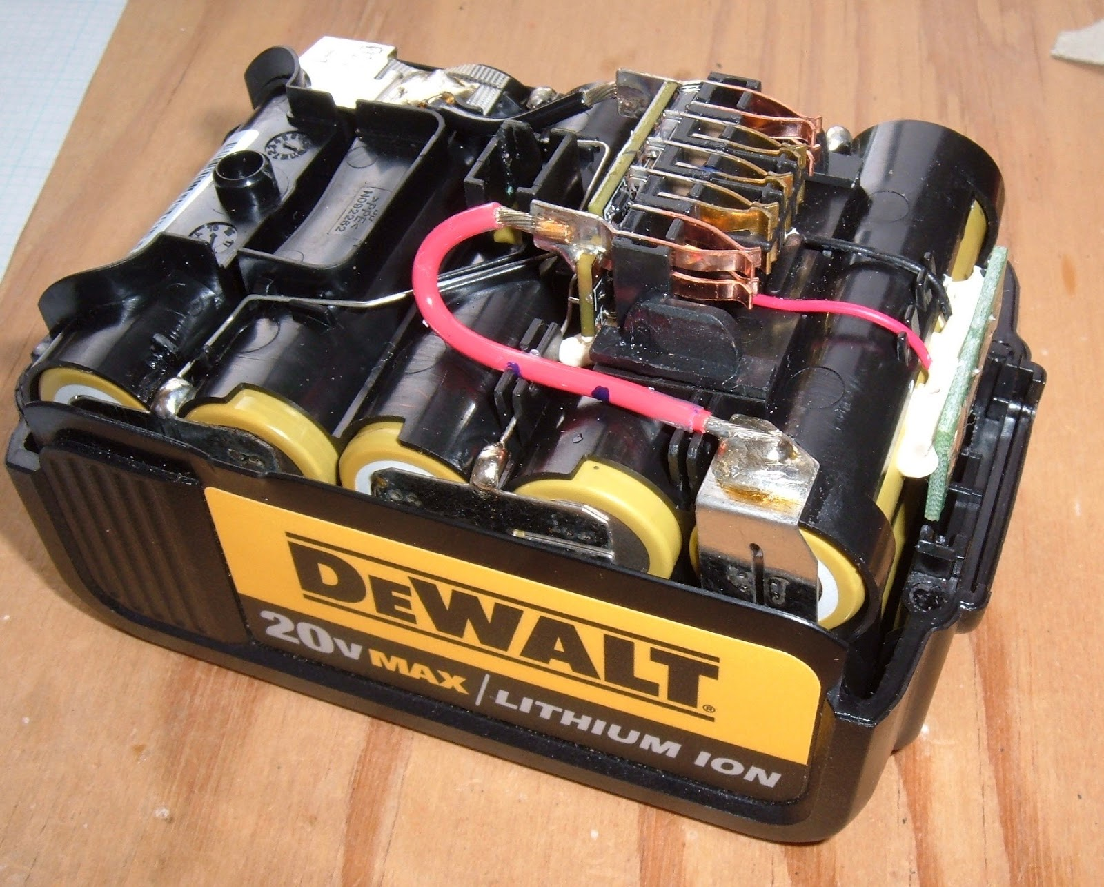 Syonyks Project Blog Dewalt 20v Max 30ah Battery Pack Teardown The Kill Switch Be Hooked Up Positive Or Negative To After A Bit More Prying Is Out There Are 10 Cells 2p5s And Theyre Held Together With Rather Substantial Interconnect Strips