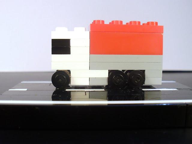 MOC LEGO camião em micro escala. Um pouco de estrada como cenário.