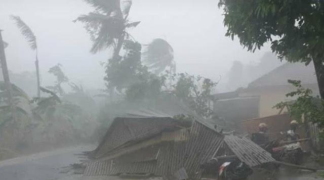 Puting Beliung Sikat Habis 20 Rumah di Lembar, Waspada Angin Kencang!