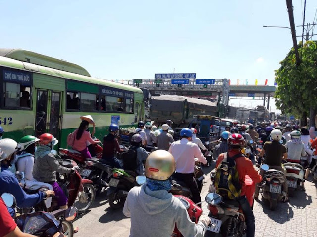 """Cái thành phố gì lạ, hết """"đội lu"""" chống ngập giờ lại đến lập 34 """"đội thu"""" bịt Sài Gòn"""