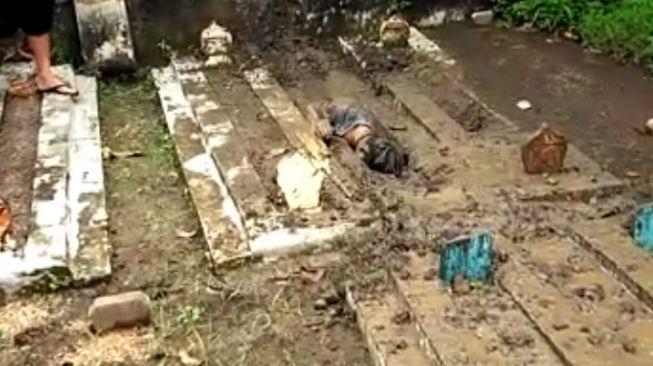 Heboh! Pemuda di Tegal Gali Tanah dan Mengubur Diri di Kuburan